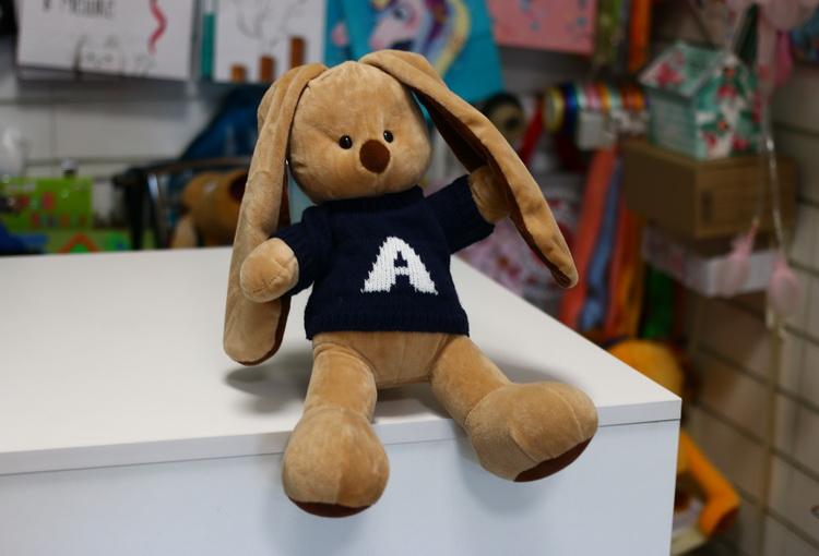 Игрушка заяц коричневый в свитере